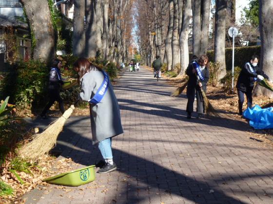 秋の活動では、落ち葉清掃も行います。